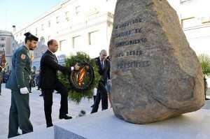 """Il Ministro Alfano e il suo omologo spagnolo, il Ministro Jorge Fernández, depositano una corona in onore delle """"Guardias Civiles fallecidos"""""""