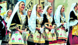 Giovani donne con tipici costumi della Sardegna